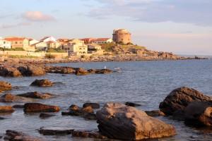 """Al sur de la isla, en el pueblo de Portoscuso se encuentra la """"Torre Spagnola"""", que como indica su nombre, fue construida por los españoles en el año 1594."""