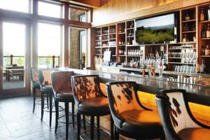 Ambiente de montaña muy cuidado en el bar de Primland Resort (Virginia).
