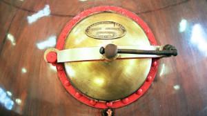Puerta de uno de los alambiques de cobre donde se destilan los whiskies Talisker.