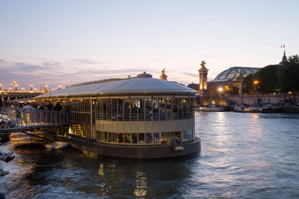 La barcaza de Rosa Bonheur está situada junto al puente Alexandre III y frente al Grand Palais de los Campos Elíseos.
