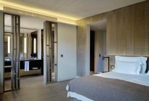 En el Six Senses Douro Valley, las habitaciones estándar tienen entre 40 a 46 metros cuadrados, se puede elegir entre la carta de almohadas y desde la cama se ven los viñedos o el paisaje de la colina hasta el río Duero, donde está situado el hotel.