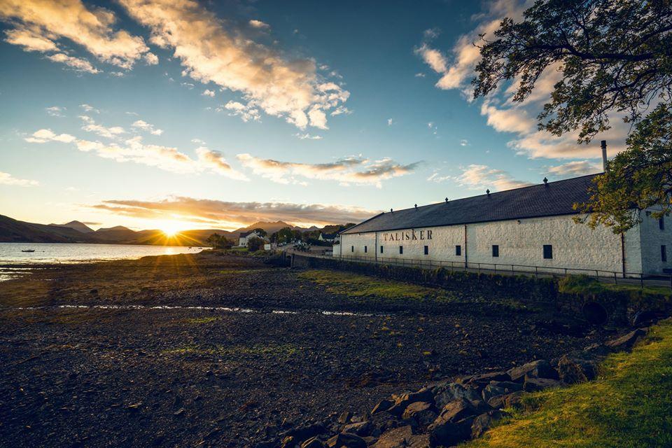 Final del viaje: La destilería Talisker, la más antigua de la pequeña isla escocesa de Skye.
