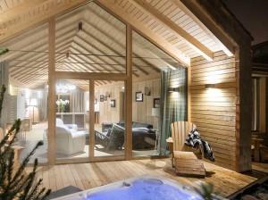 El Chalet Zeno, forrado de madera íntegramente, cuenta con tres habitaciones, un confortable salón con vigas vistas, y un jacuzzi exterior.