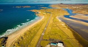 La pista está rodeada de las aguas del océano Atlántico. Tanto a ambos lados como delante, al final de la pista, el mar rodea el aterrizaje.