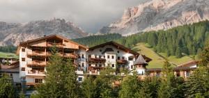 El hotel Rosa Alpina se encuentra de frente a las montañas Dolomitas de los Alpes italianos.