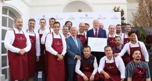 Rafael Ansón, presidente de la Real Academia de Gastronomía Española, y Hugo Rovira, director general de NH Hotel Group en el sur de Europa y Estados Unidos. Junto a ellos, los quince grandes chefs que colaboran con la cadena hotelera en España.