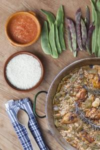 Los 10 ingredientes de la receta valenciana son: el garrofó, el tomate, la judía ferradura, el pollo, el conejo, la sal, el aceite de oliva virgen extra, el azafrán, el arroz, y el agua.