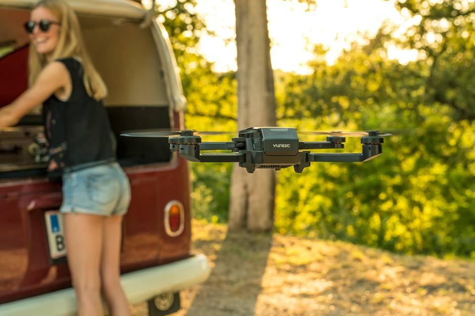 Con el comando de voz, el pequeño quadrocopter escucha sus instrucciones.