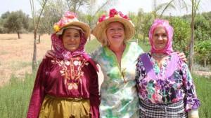 En Marrakech los viajeros conocen a Christine, que llegó para hacer un trekking en Marruecos... y se quedó. Venía del mundo de la gran empresa, pero decidió dar un vuelco a su vida y ahora regenta una finca de azafrán que da trabajo a las mujeres locales del valle del Ourika, en las laderas de la cordillera del Atlas.