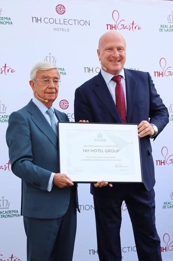 Rafael Ansón de la RAG entrega el galardón a Hugo Rovira de NH Hotel Group.