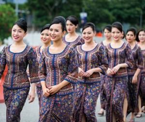 Las TCP de la compañía con su elegante y característico sarong kebaya en batik, diseñado por el famoso diseñador parisino Pierre Balmain.