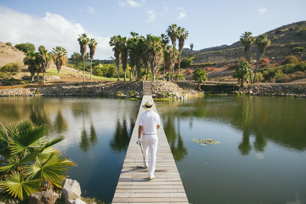 Es el único hotel de las islas Canarias que cuenta con dos campos de golf de 18 hoyos.