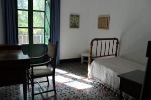 Cama y escritorio de Lorca en la Huerta de San Vicente.