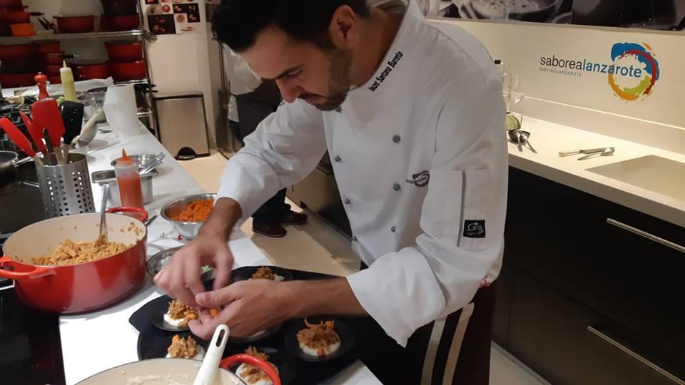 En la presentación en Madrid, el chef Nauzet Santana, del Restaurante El Risco de Famara, preparando su plato de guiso de potas con arvejas.