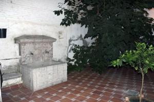 Fuente original del patio de la casa de Acera del Darro.