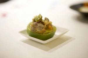 Ejemplo de gastronomía de Lanzarote, guiso de vieiras con queso y lima.
