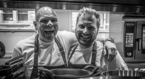 El chef Tom Kerridge, a la izquierda, y Nick Beardshaw, su jefe de cocina, a la derecha.