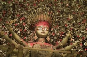 Todos las materias primas, incluido el pigmento rojo, han sido provistos por la naturaleza en el 'pandal' de Barisha Sarbojanin.