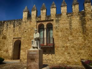 Estatua de Averroes Córdoba en Otoño