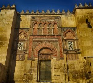En la fachada de la Mezquita Córdoba en Otoño