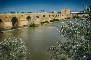 Puente romano sobre el Guadalquivir Córdoba en Otoño