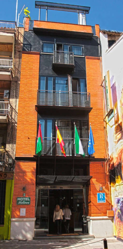 El Libro Guinness certifica que el hotel Molinos de Granada es el más estrecho del mundo.