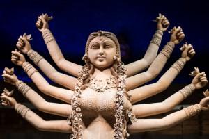 Diosa Durga realizada en terracota. No lleva armas sino flores en sus manos ya que promueve la paz.
