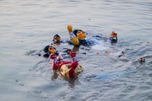 La diosa Durga se aleja flotando en el río tras la inmersión.