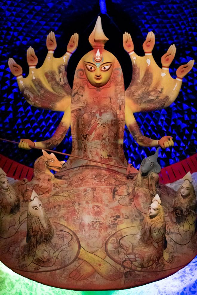 La representación de esta diosa Durga recuerda a un animal marino. La encontramos en un 'pandal' con forma de pez gigante.