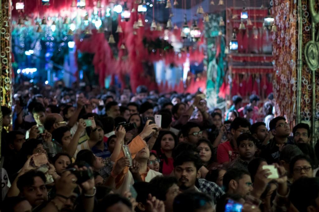 Los 'pandals' generan interés masivo en la ciudad y se generan grandes colas para visitarlos.