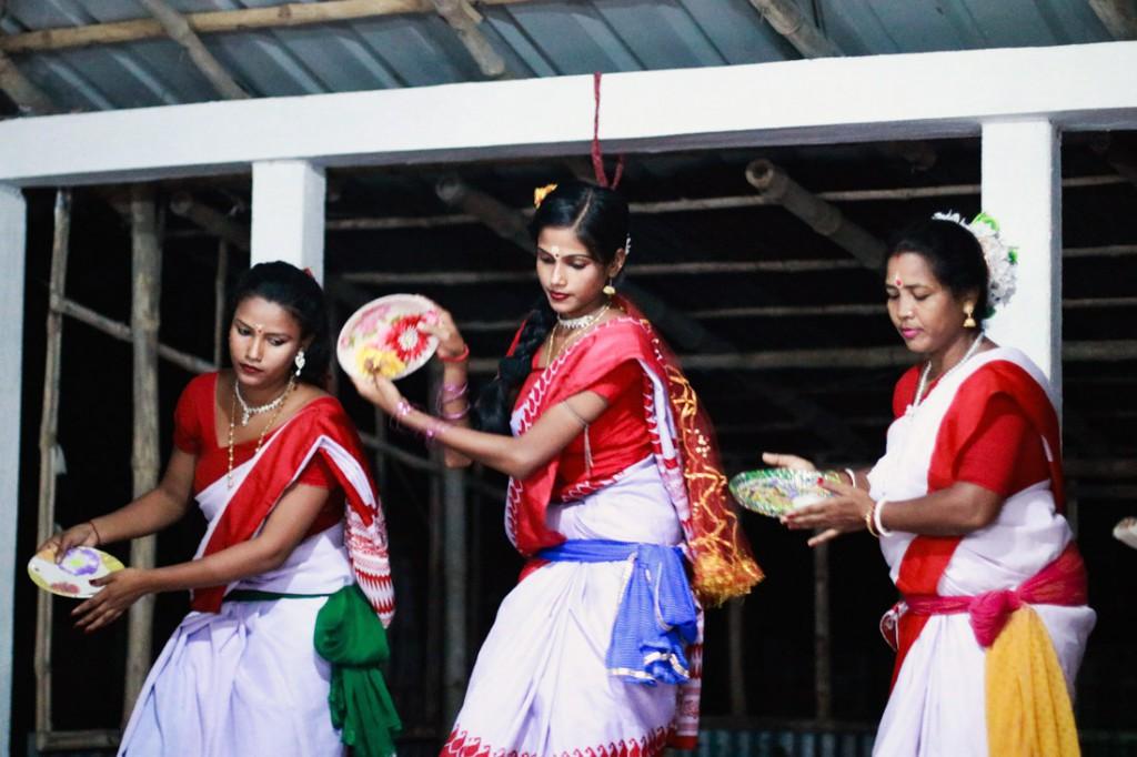 Con más entrega que destreza, la población local ofrece a los visitantes exhibiciones de canto y danza.