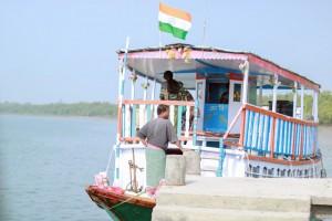 Una de las barcas a motor en la que los visitantes navegan el delta del Ganges.