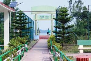 Puerta de salida al embarcadero en la Reserva de tigres de Sundarbans.