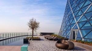 De 5 estrellas y con una inclinación cuatro veces superior a la de la Torre de Pisa, el Hotel Hyatt Capital Gate de Abu Dabi.