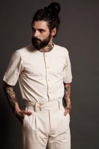 Camisa de manga corta y cuello barco, rematada con biés del mismo tejido.