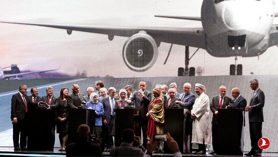 La ceremonia de inauguración del nuevo aeropuerto, que aún no ha recibido un nombre oficialmente, fue encabezada por el Presidente de la República de Turquía, Recep Tayyip Erdoğan.