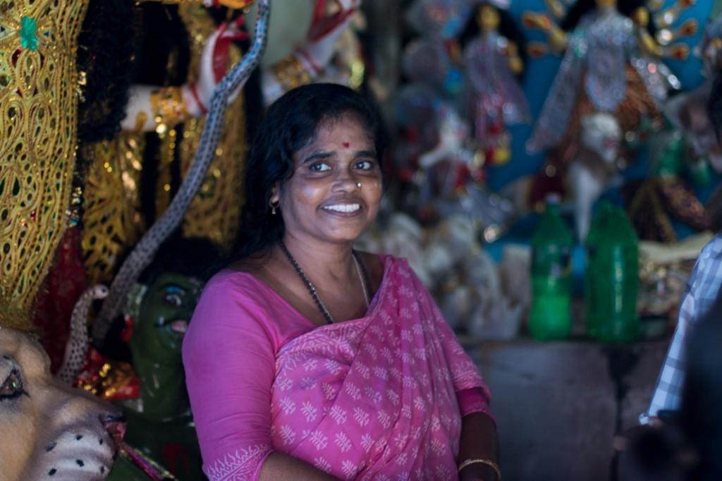 La afamada artista China Tan, conocida por haber realizado la primera Durga transexual, en su estudio del distrito de Kurmatuli.