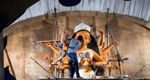 Un artista ultima los últimos detalles antes de abrir el 'pandal' al público.