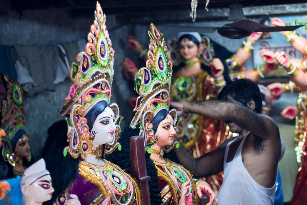 Artesano efectuando los últimos retoques a las figuras de la diosa Durga el día antes de la inauguración del festival.