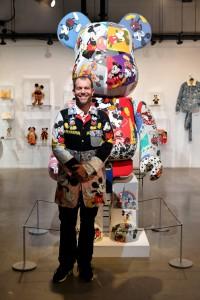 El artista DRx posa frente a su pieza.