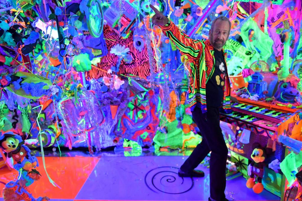 El pintor estadounidens Kenny Scharf dentro de la composición de Kenny Scharf.