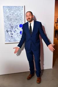 El  videoartista Brian Bress delante de su obra.