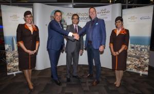 De izquierda a derecha: Robin Kamark, Director comercial de Etihad Aviation Group, H.E. Antonio Álvarez Barthe, Embajador de España en los Emiratos Árabes Unidos y Tony Douglas, CEO de Etihad Aviation Group, flanqueado por la tripulación de cabina de Etihad Airways.