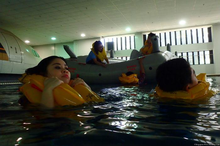 Prácticas de piscina y salvamento de Singapore Airlines.