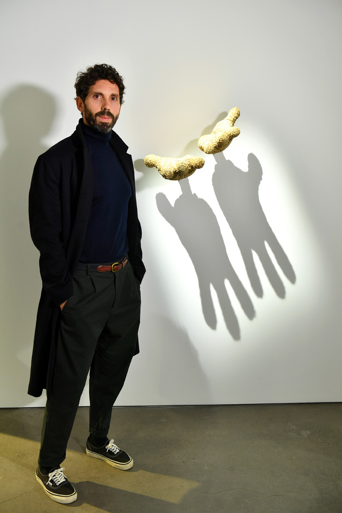 Javier Sánchez Medina posa frente a su obra
