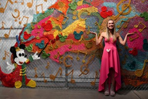 La artista London Kaye, una artista  que utiliza ganchillo como soporte.