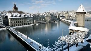 A la derecha en zig-zag, el puente medieval de madera de Lucerna, puede ser su mayor simbolo. Se enorgullecen de que seaademás el más antiguo del mundo.