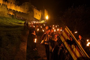 Bajando de la ciudad medieval durante el recorrido con antorchas en la noche de San Nicolás.