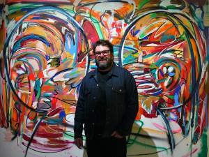 Michael John Kelly posa frente a su obra.