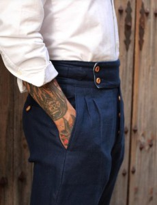 Pantalón de corte clásico recto con doble pinza y cinturilla extra ancha.